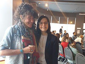 Deux invitées du world café des mercredis solutions qui posent ensemble pour la photo lors de l'événement.