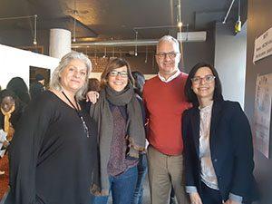 Quatre invités du world café des mercredis solutions qui se tiennent debouts côte à côte pour prendre une photo.
